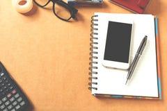Overheadkosten van bureaulijst met notitieboekje, pen, mobiele telefoon, calc Royalty-vrije Stock Afbeeldingen