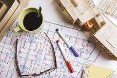 Overheadkosten van de bouw van model en het opstellen hulpmiddelen op een bouwplan. Royalty-vrije Stock Foto