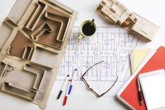 Overheadkosten van de bouw van model en het opstellen hulpmiddelen op een bouwplan. Stock Afbeeldingen