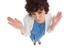 Overheadkosten van het verwarde vrouw gesturing Stock Foto