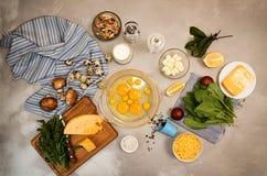 Overheadkosten van vegeterian het dieetmaaltijd van ingrediëntenfrittata quishe b.v. Royalty-vrije Stock Foto's