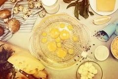 Overheadkosten van vegeterian het dieetmaaltijd van ingrediëntenfrittata quishe b.v. Stock Afbeeldingen