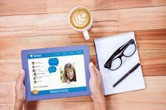 Overheadkosten van vrouwelijke handen die 3d tablet gebruiken Royalty-vrije Stock Fotografie