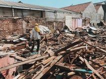 Overheid die onderaan onwettige huizen nemen Stock Foto