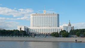 Overheid die van Russische Federatie Wit huis en een rivier bouwen Stock Afbeelding