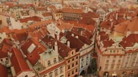 Overhellende die Antenne van het Oude Stadsvierkant wordt geschoten in Praag, Tsjechische Republiek (Czechia) stock video