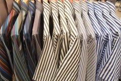 Overhemd het hangen bij vertoningswinkel Stock Foto