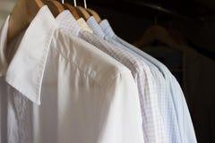 Overhemden in een garderobe Royalty-vrije Stock Foto