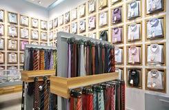 Overhemden en stropdassen in winkel stock foto's