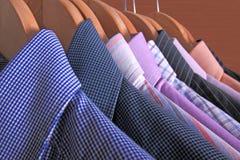 Overhemden op hangers Royalty-vrije Stock Afbeeldingen