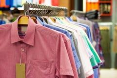 Overhemden op hangers Stock Foto's