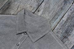 Overhemdsgift het knippen wegen houten achtergrond Royalty-vrije Stock Afbeeldingen