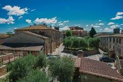 Overiew delle costruzioni e degli alberi nel centro urbano del villaggio di Monteriggioni Fotografie Stock Libere da Diritti