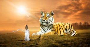 Overklig fantasidröm, tiger, natur, flicka, fantasi royaltyfri bild