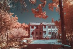 Overklig gammal byggnad i infraröda färger Arkivfoto