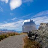 Overkoepeld astronomiewaarnemingscentrum op bergbovenkant royalty-vrije stock afbeelding