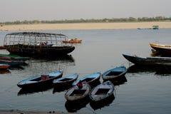 Overksamt fartyg som väntar på rodden i Varanasien arkivbild