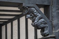 Overladen Beeldhouwwerk in de Stad van Chester stock foto's