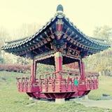 Overladen Chinees paviljoen in de herfstpark Royalty-vrije Stock Fotografie