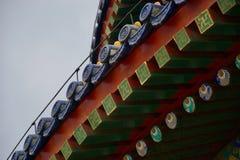 Overladen dak van Chinese tempel - rode, blauwe en groene daksparren met ogen royalty-vrije stock foto's