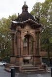 Overladen de 1884 barok-geïnspireerde Victoriaanse Gotische fontein van het zandsteenwater nu een verkeersrotonde royalty-vrije stock foto