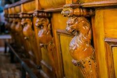 Overladen houten barteller met gesneden Afrikaanse Leeuwen stock afbeelding