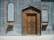 Overladen houten deur. Stock Foto's