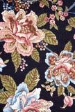 Overladen kleurrijk bloementapijtwerk op zwarte Royalty-vrije Stock Foto