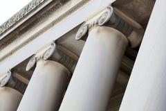 Overladen kolommen en de bouwversiering Royalty-vrije Stock Afbeelding