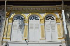 Overladen koloniaal vensters en blinden Arabisch Kwart, Singapore Royalty-vrije Stock Foto