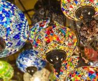 Overladen lampen die bij een markt hangen Royalty-vrije Stock Fotografie