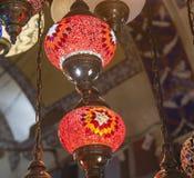 Overladen lampen die bij een markt hangen Royalty-vrije Stock Foto