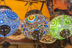 Overladen lampen die bij een markt hangen Royalty-vrije Stock Foto's