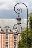 Overladen lantaarnpalen in Places du Vosages in Parijs Stock Afbeelding