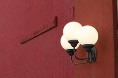 Overladen lichte inrichting aan de kant van een gebouw Stock Afbeelding