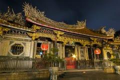 Overladen Longshan-Tempel bij nacht in Taipeh Stock Afbeeldingen