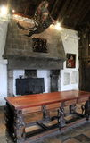 Overladen meubilair, portretten en hangend beeldhouwwerk binnen één van de vele ruimten van Bunratty-Kasteel, Provincie Clare, Ie royalty-vrije stock afbeeldingen