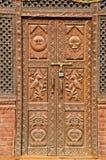 Overladen mooie gesneden houten deur in Azië stock fotografie