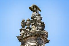 Overladen openluchtbeeldhouwwerk van adelaars voedende jongelui bovenop grote pijler buiten de Kathedraal in Autun, Bourgondië, F stock foto