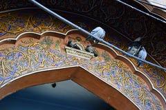 Overladen patroon op het paleispoort van Jaipur Stock Foto