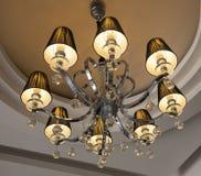 Overladen plafond lichte kroonluchter Stock Fotografie