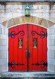 Overladen rode die deur in kalksteen wordt geplaatst Stock Foto