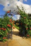 Overladen smeedijzer, bloemenpoort Royalty-vrije Stock Foto's