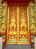 Overladen tempeldeur, Thailand stock fotografie