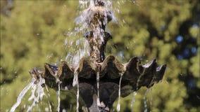 Overladen tiered tuinfontein stock video