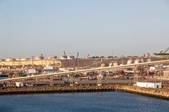 Overladingsterminal voor het leegmaken van bulklading van chemische zwavel van schepen die een kustkraan met behulp van Haven van stock afbeeldingen