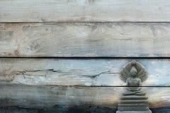Overlay a imagem de pedra bonita exterior da Buda em disse o te de madeira Imagem de Stock
