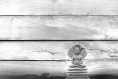 Overlay a imagem de pedra bonita exterior da Buda em disse o te de madeira Fotos de Stock Royalty Free
