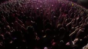 Overleg, dansmuziek in het prestatieswerk, menigte van mensen, handen omhoog stock videobeelden