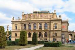 Overleg en galerij die Rudolfinum in Praag, Tsjechische Republiek bouwen stock afbeeldingen